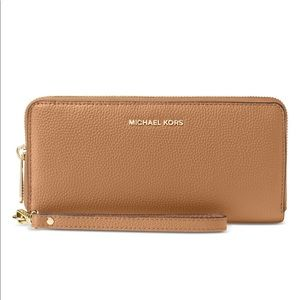 Mercer Travel Continental Pebble Wristlet